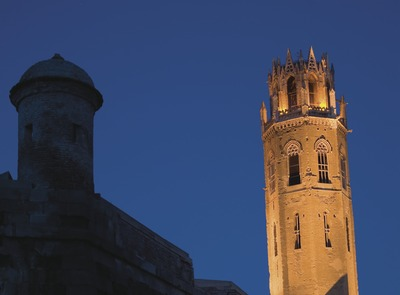 Night-time view of the walls and bell tower of La Seu Vella  (© Miguel Raurich)