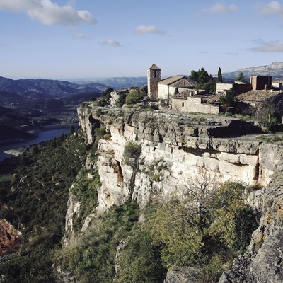 View of Siurana and the reservoir  (© Miguel Raurich)