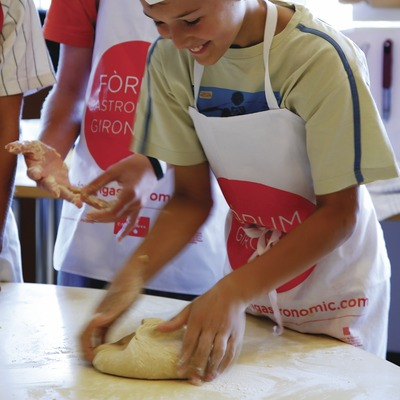 Children making bread at the Empordà Cooking School. (© Lluís Carro)