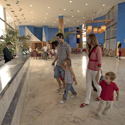 Family in the reception of the Hotel Sol Costa Daurada (© Cablepress)