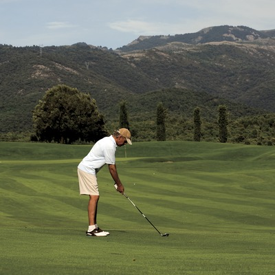 Montanyá Golf Club. Golfer on the course with the mountains of the Montseny in the back ground (© Gemma Miralda)