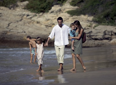 Family taking a stroll on the beach. (© Cablepress)