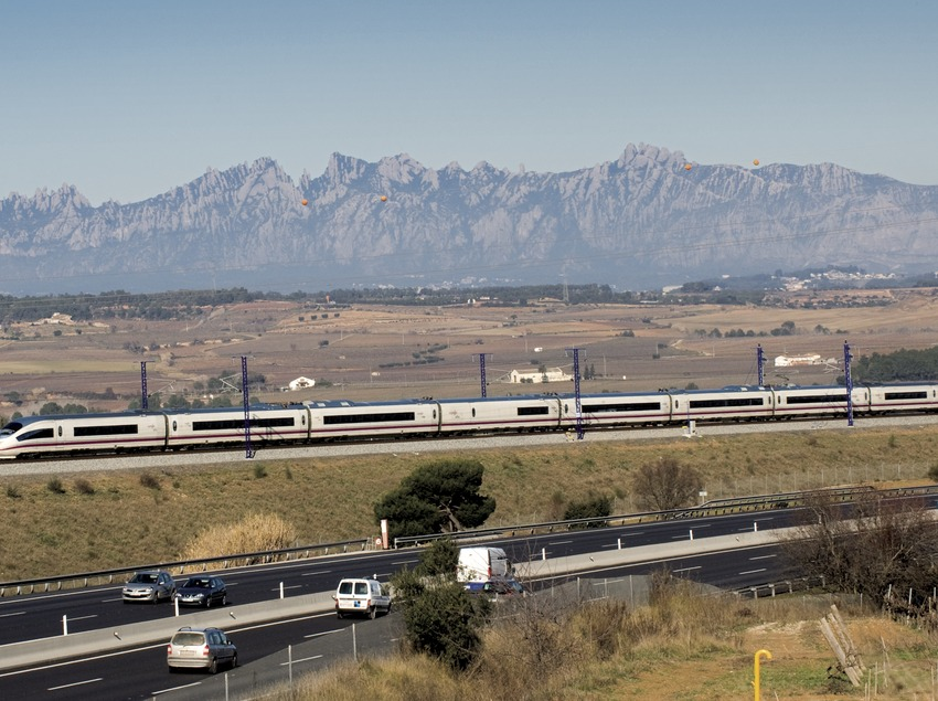 """The """"AVE"""" (High Speed Train) passing through Anoia, with Montserrat in the background (© Gemma Miralda)"""