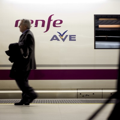 AVE users in the station at Sants (© Gemma Miralda)