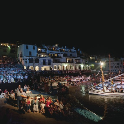 Singing Habaneras. Audience, boats, Playa Port Bo (© Marc Castellet Puig)