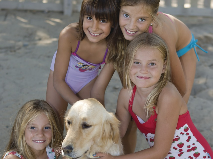 Children with a dog in Estartit (© Miguel Angel Alvarez)