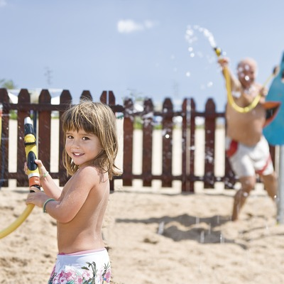 Water game at the children's Club on the beach at Calafell (© Miguel Angel Alvarez)