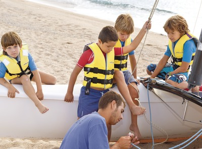 Children getting a catamaran ready at the Santa Susanna Water Sports Centre (© Miguel Angel Alvarez)