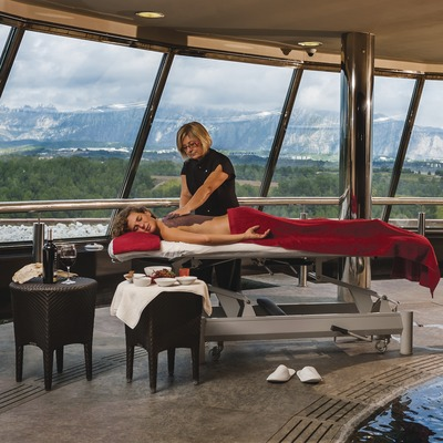 Hotel Can Bonastre. Massage at the spa with mountain views. (© Marc Castellet)