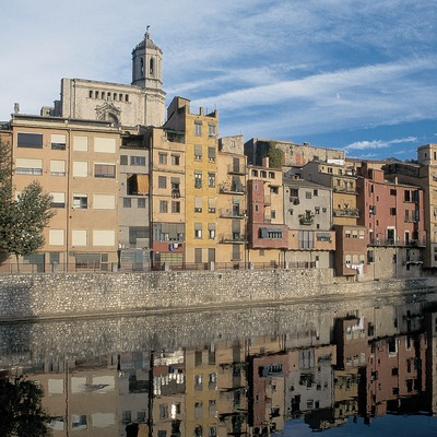 Houses next to the Onyar river and Girona cathedral  (© Servicios Editorials Georama)