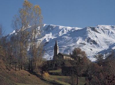 The village of Unha with snowy mountains in the background. (© Francesc Tur)