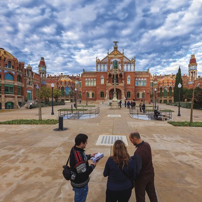 Visitors in the courtyard of the hospital of Santa Creu and Sant Pau (© Pepe Encinas)