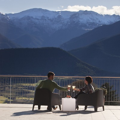 Aperitif on the terrace of the Hotel Muntanya. Prullans (La Cerdanya) (© Oriol Clavera)