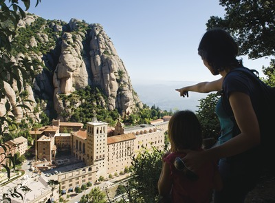 A family at the Fra Gari viewpoint (Via Crucis road), from which you can see the Monastery and the mountain of Montserrat (© Gemma Miralda Escudé)