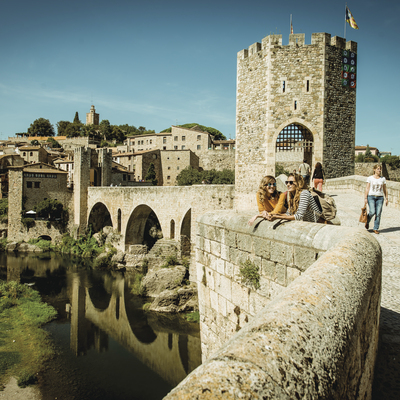 Two young people on Puente de Besalú bridge (© )