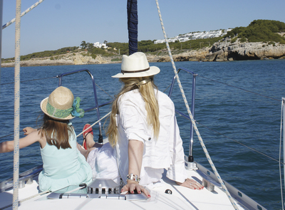 Mother and daughter on a sailboat in front of the beaches of Vilanova i la Geltrú (© Ajuntament de Vilanova i la Geltrú)