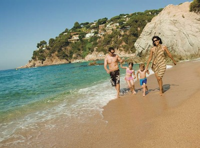 Family walking along the beach of Lloret de Mar (© Ajuntament de Lloret de Mar)