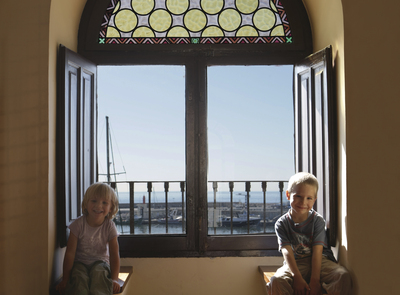 Children in the tower of the Port of Cambrils. (© Ajuntament de Cambrils)