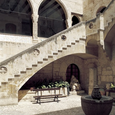 Courtyard in the Wine Cultures Museum of Catalonia (VINSEUM).    (© Imagen M.A.S.)