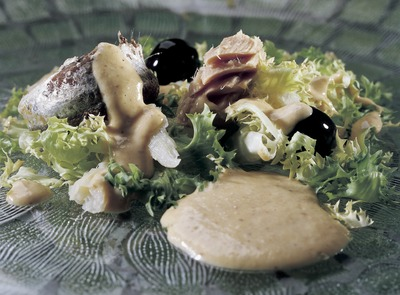 Xató (curly endive, tuna and cod salad).    (© Imagen M.A.S.)