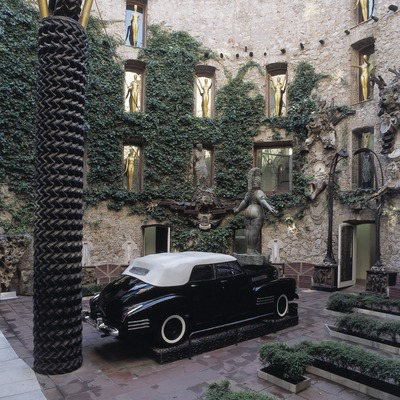 Cadillac in the central patio of the Dali Theatre-Museum.    (© Imagen M.A.S.)